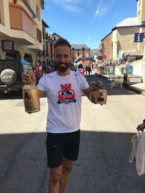 José Antonio Mena con los dos trofeos conseguidos