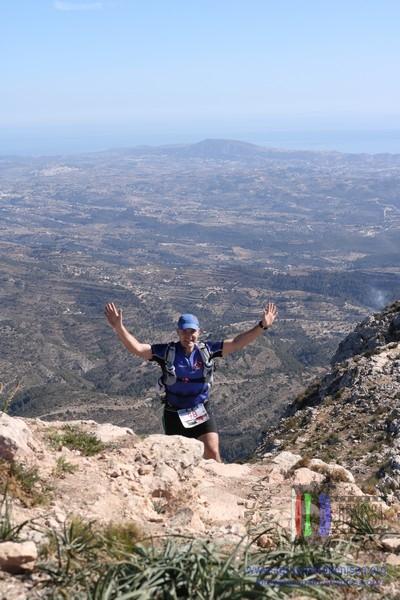 Pedro Luna llegando la cima de Bernia