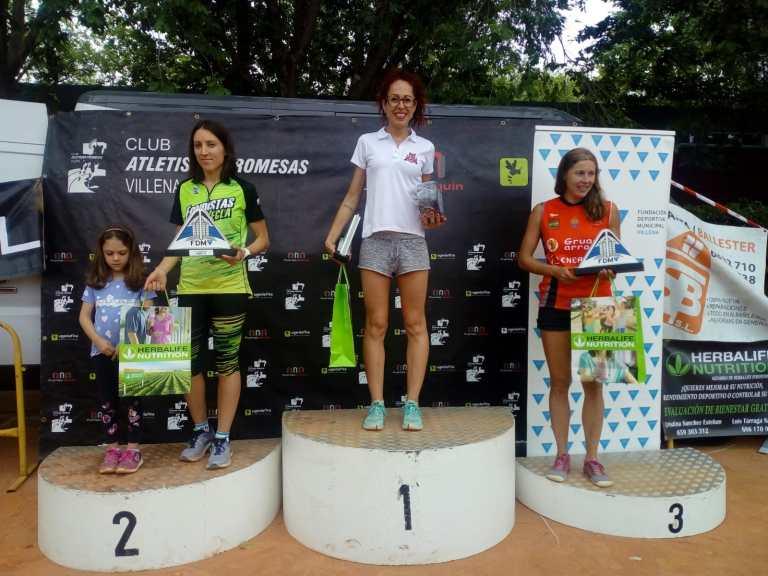 Eva recibiendo trofeo de primera clasificada